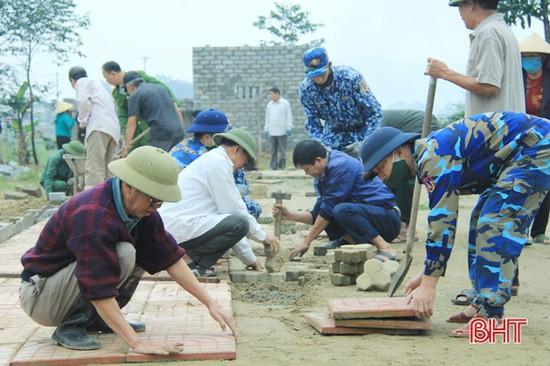 Lực lượng vũ trang Nghi Xuân giúp dân xây dựng nông thôn mới