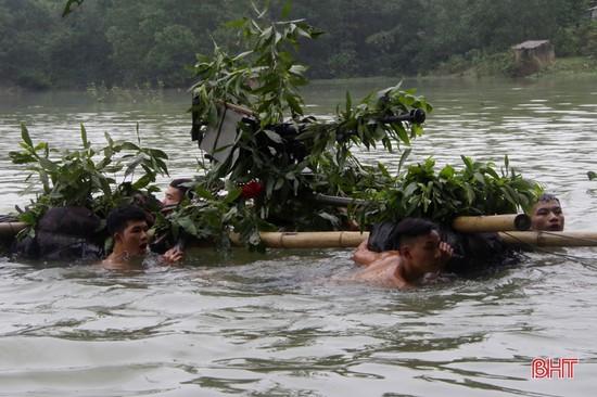 Bộ đội Hà Tĩnh thực hành vượt sông chiến đấu trong thời tiết lạnh giá