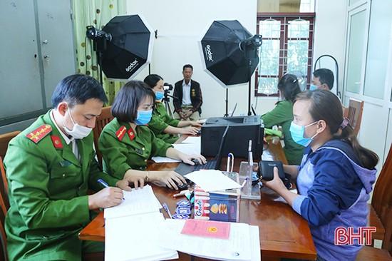 Công an Thạch Hà làm thủ tục cấp thẻ căn cước công dân cho hơn 250 trường hợp