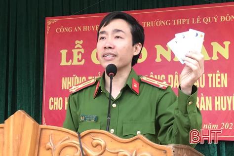 Hơn 300 công dân đầu tiên của huyện Thạch Hà nhận thẻ căn cước công dân