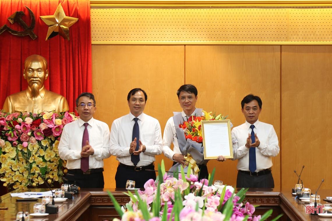 Trao quyết định bổ nhiệm Phó Chánh Văn phòng Tỉnh ủy Hà Tĩnh
