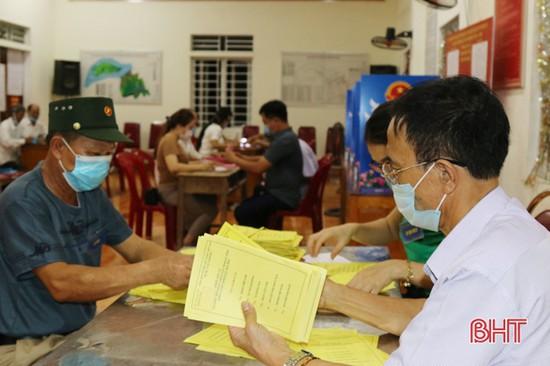 Hà Tĩnh khẩn trương tiến hành kiểm phiếu bầu cử