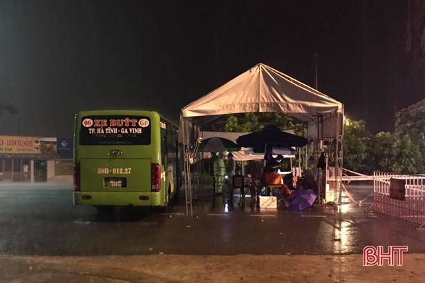 Hà Tĩnh: Dùng xe buýt làm điểm trú trực chốt trước mưa lớn kéo dài