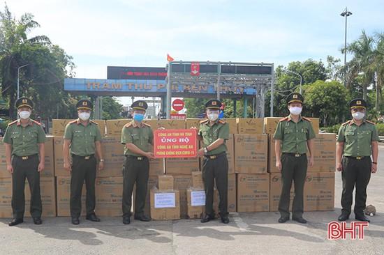 Công an Hà Tĩnh trao hỗ trợ phòng, chống dịch cho Công an Nghệ An