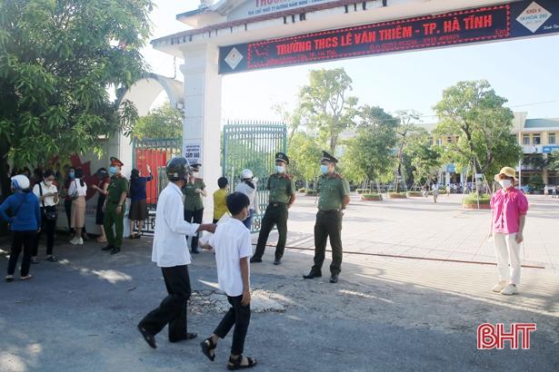 Sáng nay, hơn 500 học sinh Hà Tĩnh thi vào Trường THCS Lê Văn Thiêm