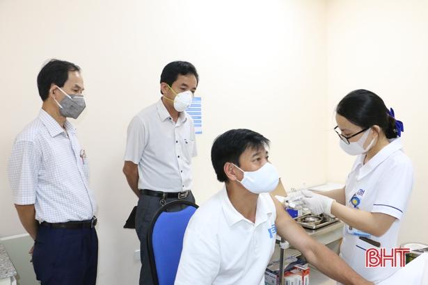 Hà Tĩnh tiêm an toàn vắc-xin phòng Covid-19 cho 7.283 người trong đợt 3