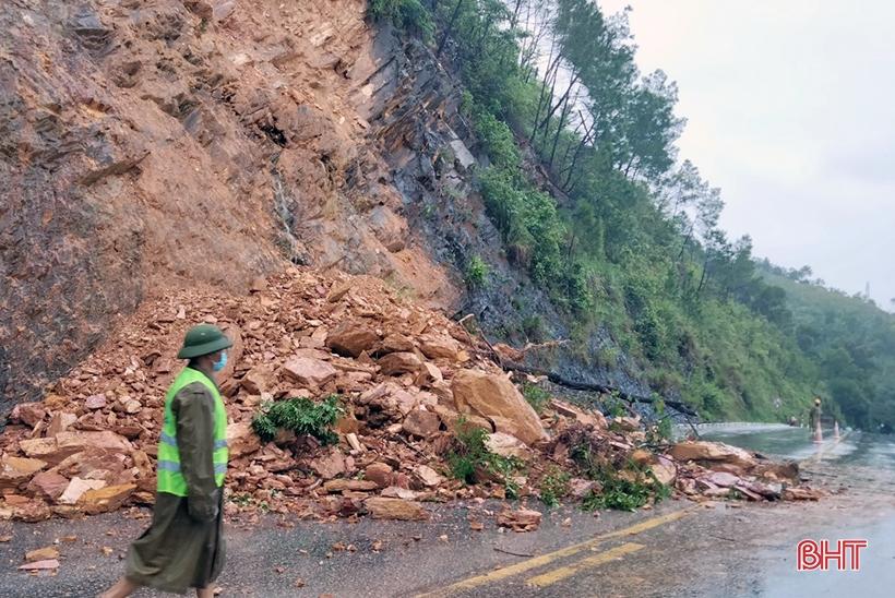 Hà Tĩnh: Sạt lở nghiêm trọng trên quốc lộ 8A, đoạn khu vực Nầm