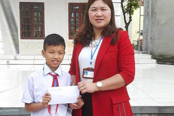 Tuyên dương học sinh trả lại 24 triệu đồng cho người bị mất